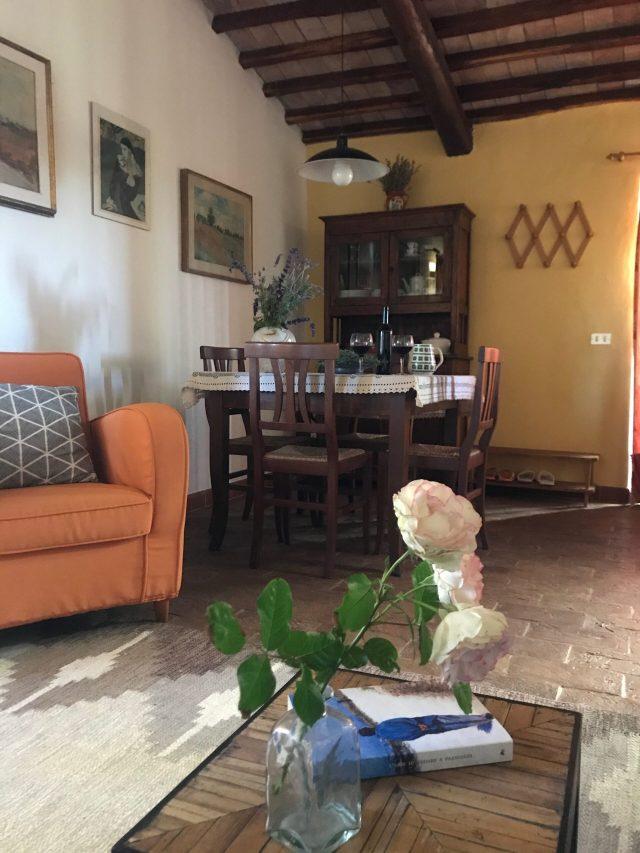 Wohnzimmer mit Rosen