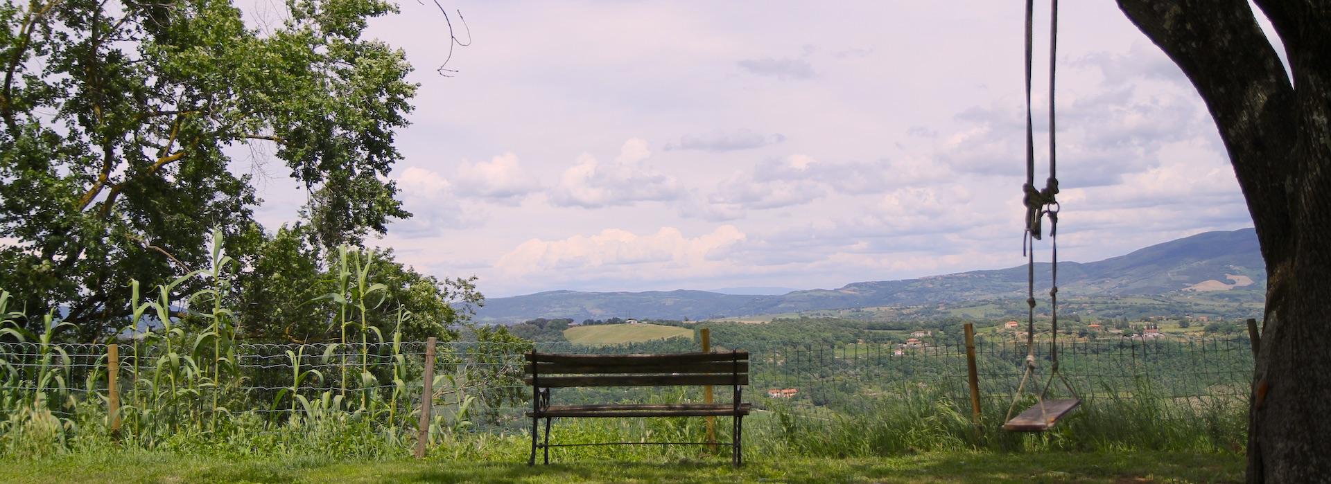 Panchina con vista sulla valle del Tevere da Podere Porcino